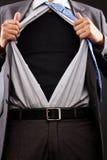 Imagen conceptual de un hombre que rasga de su camisa fotografía de archivo