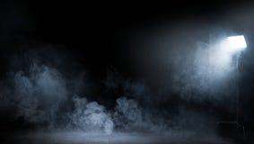 Imagen conceptual de un interior oscuro por completo del humo que remolina foto de archivo libre de regalías