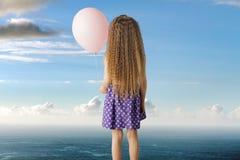 Imagen conceptual de una niña con un globo Fotos de archivo