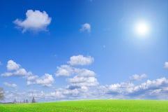 Imagen conceptual del campo verde y del cielo azul. Fotos de archivo libres de regalías