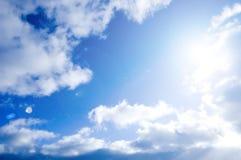 Imagen conceptual del cielo azul y del sol. Imagen de archivo