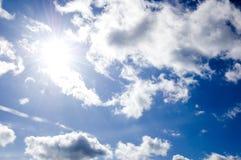Imagen conceptual del cielo azul y del sol. Fotos de archivo