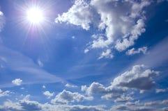 Imagen conceptual del cielo azul y del sol. Imagen de archivo libre de regalías