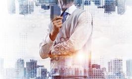 Imagen conceptual del hombre de negocios acertado imagenes de archivo