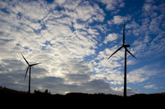 Imagen conceptual del molino de viento y del cielo. Foto de archivo