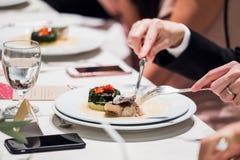 Imagen cosechada de la consumición en restaurante imagen de archivo libre de regalías