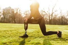 Imagen cosechada de la muchacha atlética discapacitada en la ropa de deportes negra, doi imágenes de archivo libres de regalías