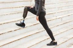 Imagen cosechada de la muchacha corriente discapacitada con la pierna prostética en el SP fotos de archivo