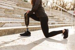 Imagen cosechada de la mujer deportiva discapacitada en chándal, haciendo deporte imagen de archivo libre de regalías
