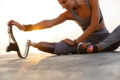 Imagen cosechada de la mujer discapacitada motivada del atleta fotografía de archivo libre de regalías