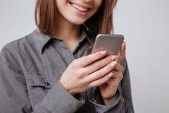 Imagen cosechada de la mujer joven feliz que usa el teléfono móvil Fotografía de archivo