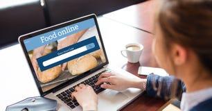 Imagen cosechada de la mujer que busca la comida en línea en el ordenador portátil en la tabla en cafetería Imagen de archivo libre de regalías