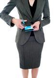 Imagen cosechada de la mujer que destruye de la tarjeta de crédito Foto de archivo libre de regalías