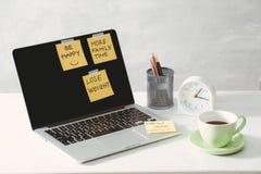 Imagen cosechada de la mujer que lleva a cabo la etiqueta engomada del papel con ideas de la palabra cerca del ordenador portátil fotografía de archivo libre de regalías