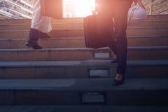 Imagen cosechada de la persona del negocio que va abajo de las escaleras Fotografía de archivo libre de regalías
