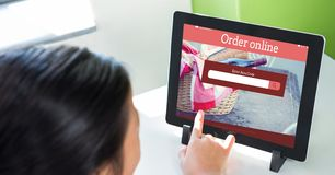 Imagen cosechada de la persona que hace compras en línea usando la tableta Imágenes de archivo libres de regalías