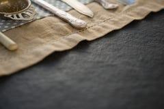 Imagen cosechada de los cubiertos en servilleta Imagenes de archivo
