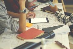 Imagen cosechada de los estudiantes que trabajan proceso usando los dispositivos digitales modernos Imagen de archivo