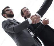 Imagen cosechada de los hombres de negocios que sacuden las manos Fotografía de archivo libre de regalías