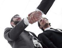 Imagen cosechada de los hombres de negocios que sacuden las manos Foto de archivo libre de regalías