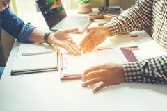 Imagen cosechada de los hombres de negocios que tienen discusión en la oficina imagen de archivo