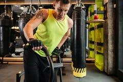 Imagen cosechada de un deportista joven muscular que hace ejercicios cardiios Fotografía de archivo