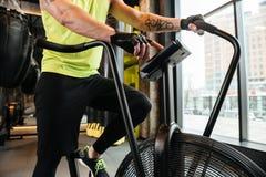 Imagen cosechada de un deportista joven muscular que hace ejercicios cardiios Fotografía de archivo libre de regalías