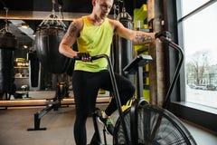 Imagen cosechada de un deportista joven muscular que hace ejercicios cardiios Imágenes de archivo libres de regalías