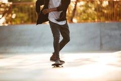 Imagen cosechada de un patinaje africano del skater Imagen de archivo
