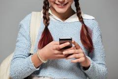 Imagen cosechada de una colegiala sonriente con la mochila Imagen de archivo