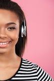 Imagen cosechada de una muchacha adolescente sonriente feliz en auriculares Fotos de archivo