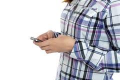 Imagen cosechada de una muchacha que envía mensajes Foto de archivo libre de regalías