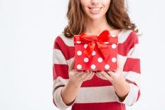 Imagen cosechada de una mujer feliz que sostiene la caja de regalo Imágenes de archivo libres de regalías
