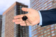 Imagen cosechada del agente de la propiedad inmobiliaria que da llaves de la casa Imagen de archivo libre de regalías