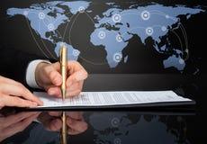 Imagen cosechada del contrato de firma del hombre de negocios Imagen de archivo