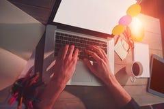 Imagen cosechada del diseñador gráfico que usa el ordenador portátil fotografía de archivo