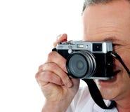 Imagen cosechada del fotógrafo de sexo masculino envejecido Foto de archivo libre de regalías