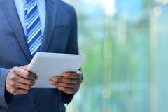 Imagen cosechada del hombre de negocios con la tableta digital fotografía de archivo