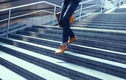 Imagen cosechada del hombre de negocios que camina abajo de las escaleras Imagenes de archivo