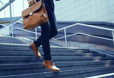 Imagen cosechada del hombre de negocios que camina abajo de las escaleras Fotos de archivo libres de regalías