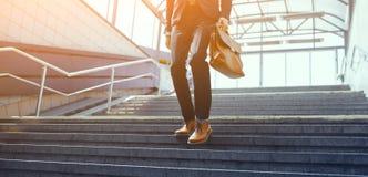 Imagen cosechada del hombre de negocios que camina abajo de las escaleras Foto de archivo libre de regalías