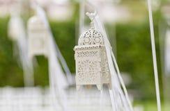 Imagen cosechada del primer del decoraciones hermosas para la ceremonia de boda Foto de archivo
