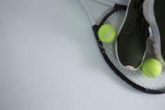 Imagen cosechada del zapato de los deportes con las bolas en la estafa Fotografía de archivo