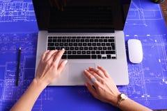 Imagen cosechada Empresaria profesional que trabaja en el ordenador imágenes de archivo libres de regalías