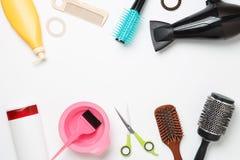 Imagen de accesorios del peluquero, secador de pelo, peines, bandas situadas en fondo blanco limpio Imagen de archivo libre de regalías