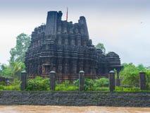Imagen de Ambreshwar Shiv Temple In Heavy Rain, tiro lleno, templo hindú del siglo XI histórico Imagen de archivo