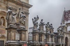 Imagen de apóstoles en la iglesia de San Pedro y de Paul en nieve en Kraków Fotos de archivo