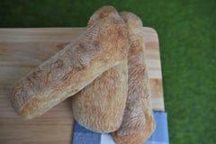 Imagen de arriba de la comida de la visión del pan hecho casero fresco del ciabatta del artesano en un tablero de madera con el f Imagen de archivo libre de regalías