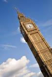 Imagen de Big Ben del ángulo de la ley en el cielo azul Fotos de archivo