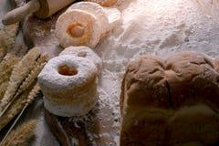 Imagen de buñuelos con el azúcar de formación de hielo en la tabla de madera imágenes de archivo libres de regalías
